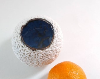 Joli pot oursin, Porcelaine bleu et or, Porcelain delicate Sea Urchin Little Dish, Ring Dish, Handmade Porcelain Textured Dish, Urchin Pot