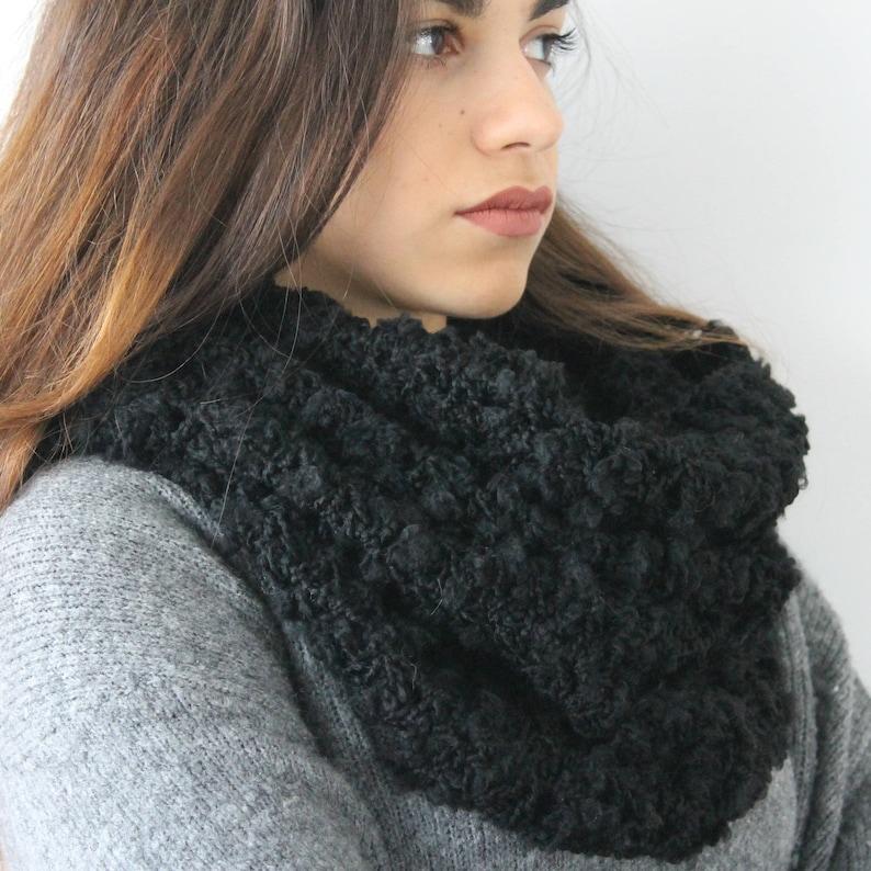 Scaldacollo nero da donna a uncinetto in lana bouclè Idea  155bf40ddcce
