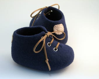 Felted baby shoes, Pram shoes, Crib shoes, Dark blue booties for boys, Baby photo prop, Newborn baby, Leather laced, LAMBELI label, Merino