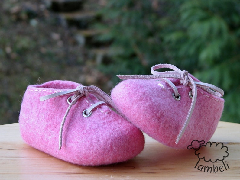 b9c42d0e2 Pink felted baby shoes Pram shoes Leather string Girl