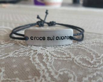 Bracelet with customizable aluminium engraving.