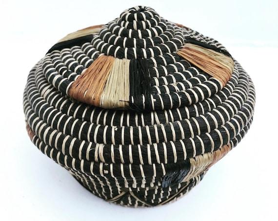 African woven lidded basket palm fiber Primitive ethnic tribal tradicional genuine vintage Zulu boho decor bohemian home geometric folk art