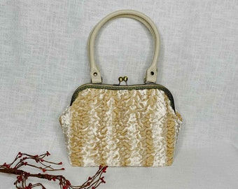 Large handbag vintage style beige with temple closure clip hanger oversize with plenty of space for everything that is needed.