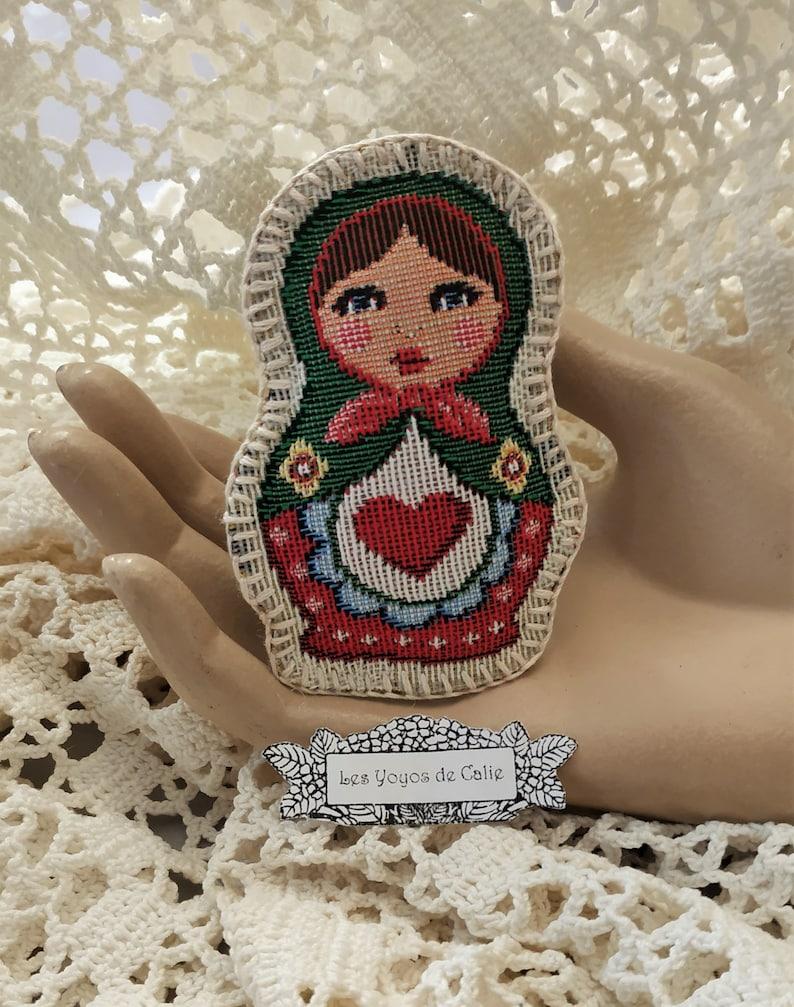 9911316bac7 Grande broche poupée russe brodée de coton perlé broche