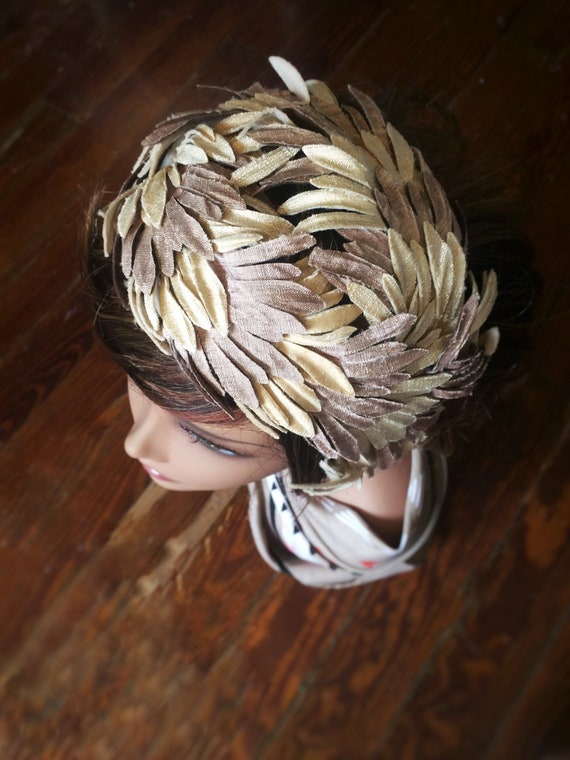 40s curvette hat beige/tan with fabric feather-lik