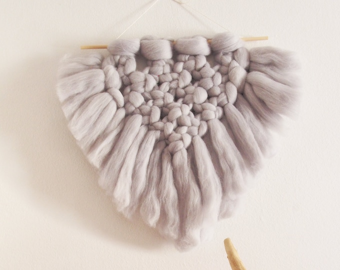 Colgante de pared en lana XXL color gris. Tapiz de pared de lana. Estilo boho. Decoración boho. Estilo bohemio.