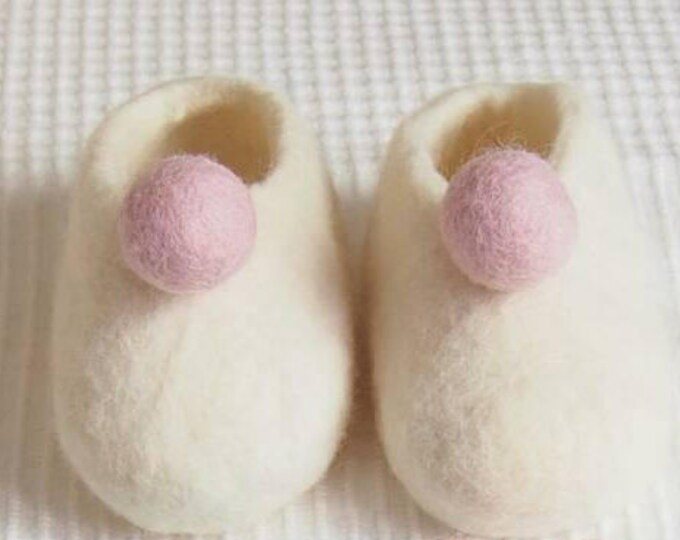 Shoes for baby-pellets. Merino wool boot. Newborn felted Merino babysleepers. Sheepskin. Baby Booties.