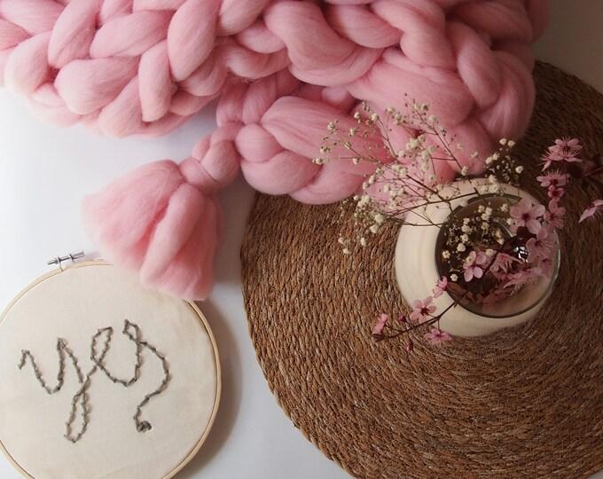 Manta XXL merino de color rosa bebé con borlas