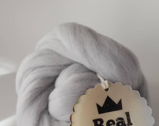 Lana XXL gris perla merina. Lana en mecha ideal para tejer con los brazos o sin agujas.