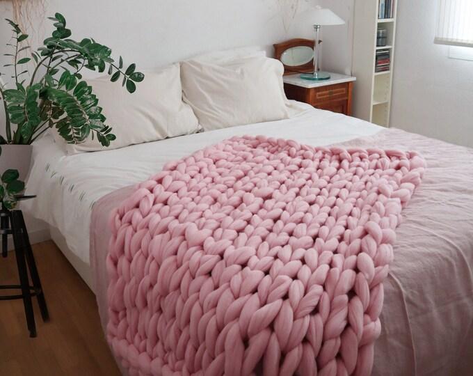 Manta merino XXL en rosa pastel. Estilo bohemio. Regalo romántico para San Valentín.