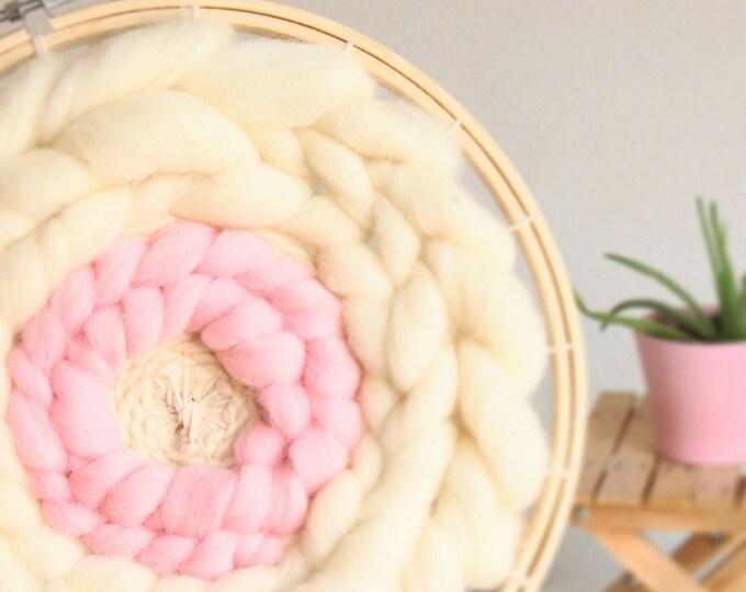 Telar circular decorativo de lana merino estilo bohemio.