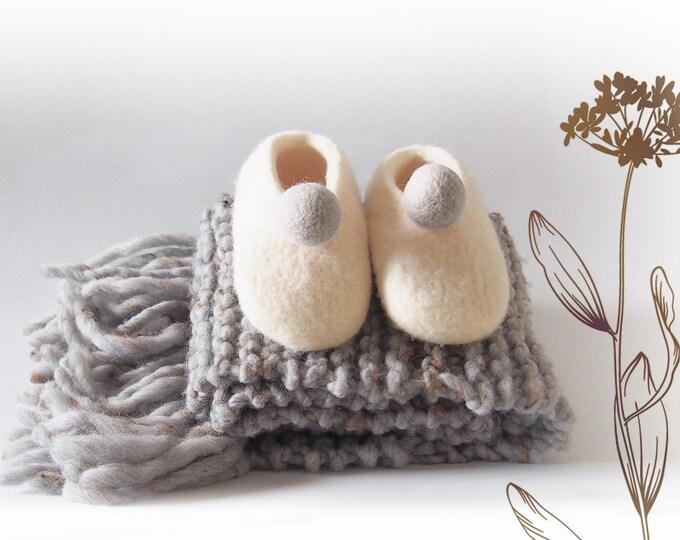 Conjunto de bufanda y zapato bebé bolita gris. Patucos regalo bebé.