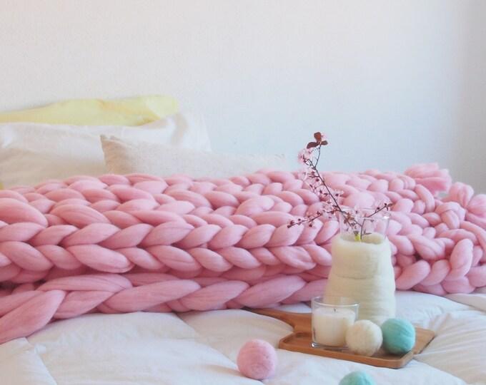 Manta XXL merino de color rosa con borlas