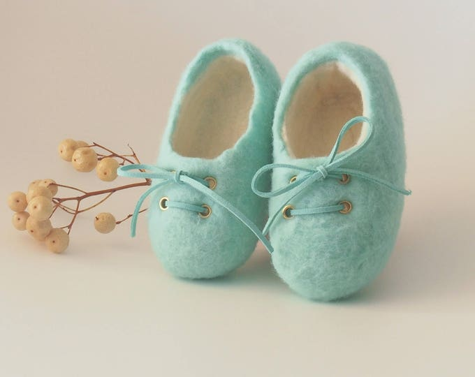 Green baby shoe, mint baby color booties, merino wool booties, special baby gift, unisex afeltrados shoes, shoes artisans