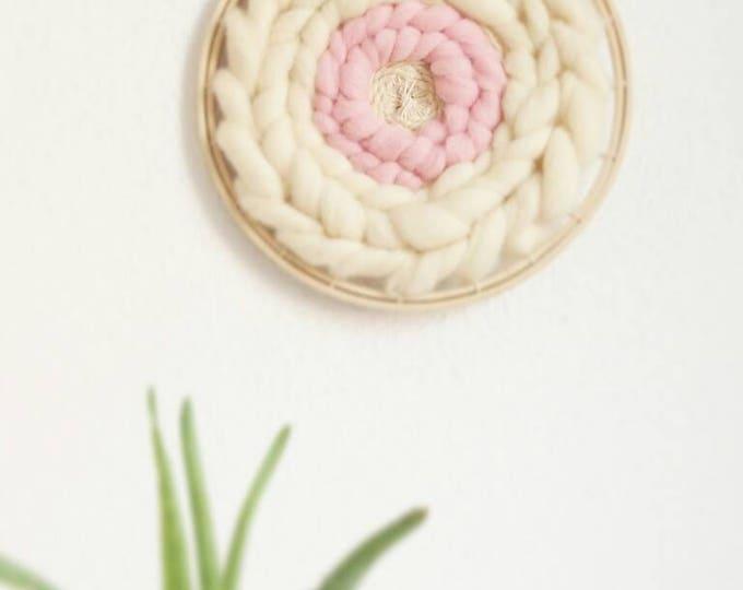 Telar circular decorativo de lana merino. Woven wall hanging.  Tissage mural en laine bohème. Estilo boho.