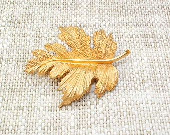 Gold maple leaf brooch Gold leaf brooch Jacket pin Vintage brooch 60s jewellery jacket brooch jewelry vintage leaf brooch leaf jewelry