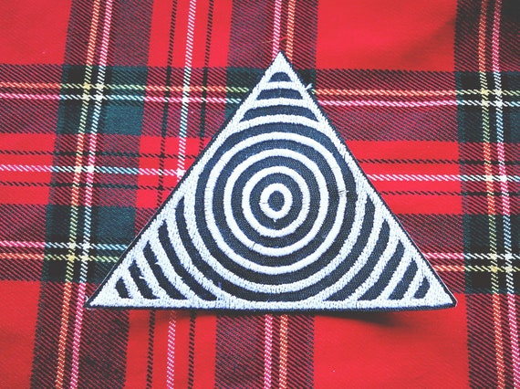 Embroidered Patch Triangle with concentric circles. Approximate size 9 cm. Thread color to choose