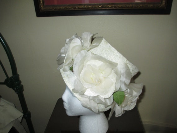 fa19cc69e99 Vintage Designer 1940s White Floral Bucket   Beehive Hat