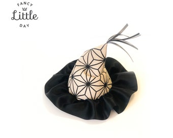 Sorcerer's hat and witch. Unisex and reusable.  Pointed hat denim beige spider and satin ribbon BLACK. Halloween party hat.