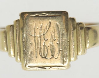 GOLD SIGNET RING in size L (5 1/2). 9 carat yellow gold English signet ring with old monogram