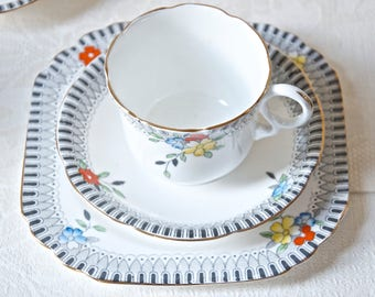 Vintage tea / coffee set (18 pieces). English bone china cups and plates from the 1930s / 1940s, WWII era.