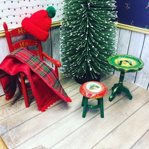 Miniature Decorative Christmas Tree Stand DOLLHOUSE 1:24 HALF SCALE? Red//Green