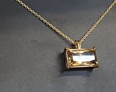 Charming rectangular pendant in clawing chaton with loeppurible citirien 14kt yellow gold
