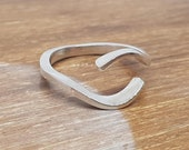 Subtle formeed ring with wave/eye shape / rich arms handmade in silver 925