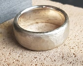 Personalize this sturdy mens ring with ice matering and high gloss polished inside with an engraving!