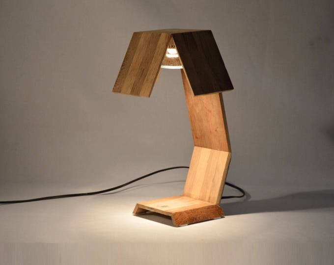 Desk lamp design in recycled oak wood. Minsnax.