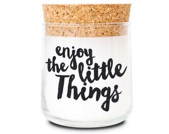 FEEL GOOD CANDLE - Duftkerze im Glas - Kerze mit Motiv als Geschenk und zur Dekoration - Enjoy the little Things