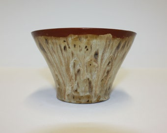 Beautiful hand made ceramic bowl with variegated brown glazes / Belle bol en céramique faite à la main avec des glaçures brunes variées.