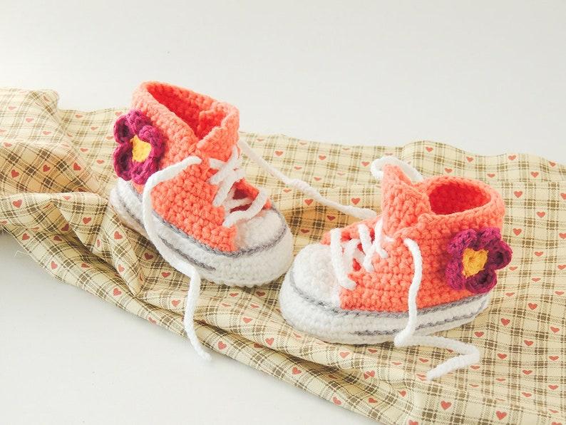 48ca07031 Patucos ganchillo rosa con flor zapatillas zapatitos
