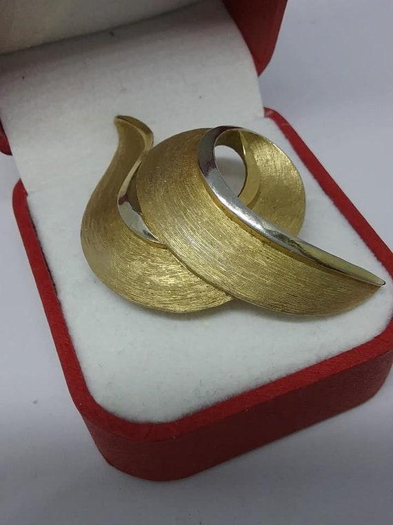 Vintage Trifari Golden Ribbon Swirl Brooch,