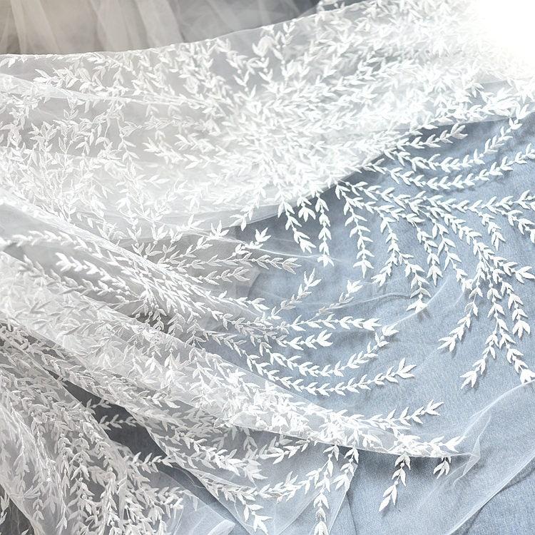 581fd9988f080 Tissu des dentelle blanc cassé brodé avec des Tissu Branches et  feuilles dentelle mariage robe