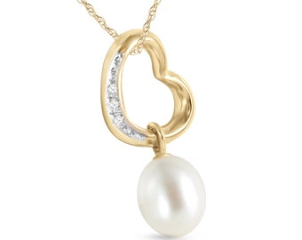14K. Solid Gold Heart necklace with diamond & pearl hear shaped with 3 Round cut, G-H color, SI-2 clarity = 0.03 ct