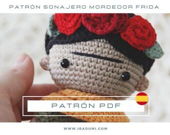 SONAJERO Frida Kahlo, mordedor, PDF tutorial ESPAÑOL, Patrón de crochet sonajero,  juguete Frida Kahlo patrón, patrón amigurumi sonajero