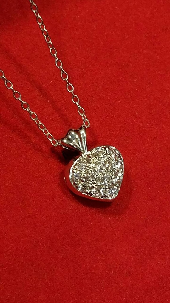 Heart pendant with diamonds in white gold.