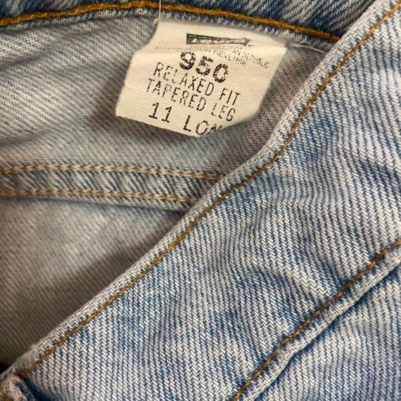 Vintage 950 high waisted mom Levis Jeans - image 4