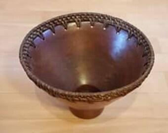 Coupe / saladier / bol de service de style africain en céramique ou argile et tresses d'osier