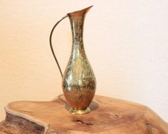 Vase en laiton gravé.