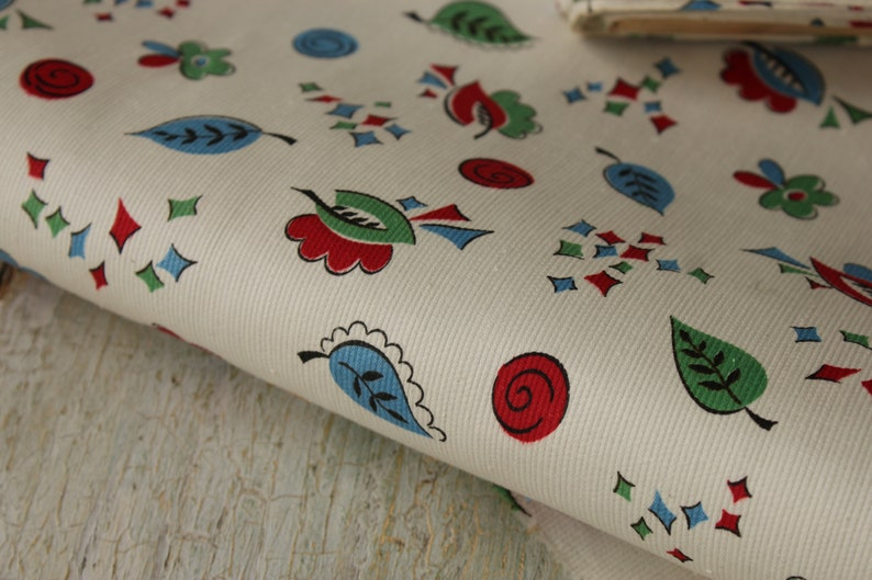 Vintage Fabric By The Yard French White Ground Juvenile Style 1920-30 Floral /& Geometric Cotton