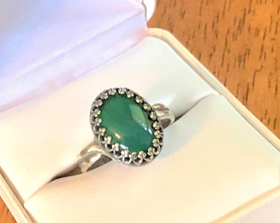 Green Onyx adjustable ring encased in a silver-plated crown bezel.