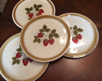 Mikasa Luscious Dinner Plates (Set of 4) Stone Manor Red Strawberries Stoneware Beige Green Leaves