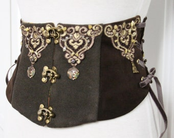 Greenhouse size Robin Hood, greenhouse size green wool and brown leather, belt embroidered corset Green