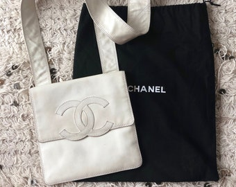 195a0ec61092 Vintage CHANEL Huge CC Logo Crossbody White Leather Crossbody Bag Purse  Shoulder handbag Clutch Sling