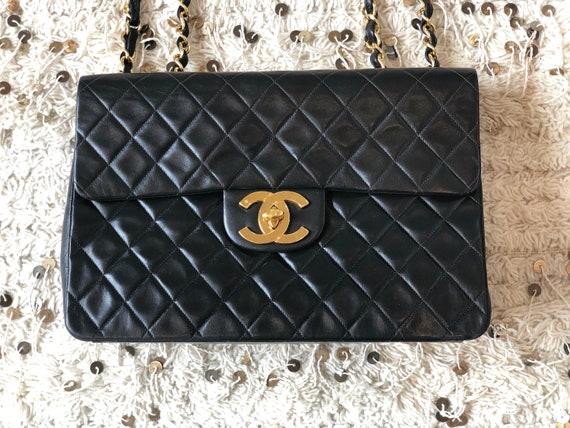 Vintage des années 90 CHANEL Matelasse Maxi Jumbo CC Logo   Etsy 51397c392cf