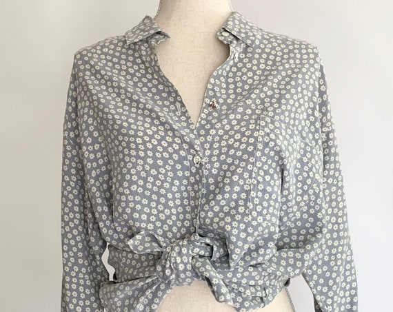 Easy Silk Tunic Shirt Vintage 80s Adrienne Vittadini Sport Soft Pale Blue Gray White Daisy Floral Print Made in Hong Kong S