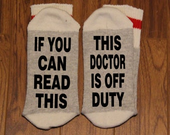 If You Can Read This ... This Doctor Is Off Duty (Word Socks - Funny Socks - Novelty Socks)