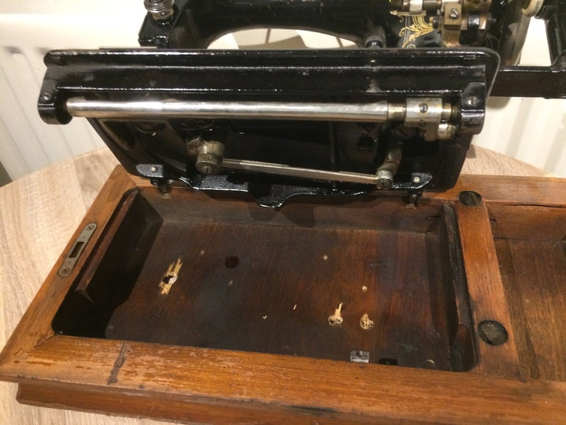 1920s Vickers Modele De Luxe Hand Sewing Machine With Case